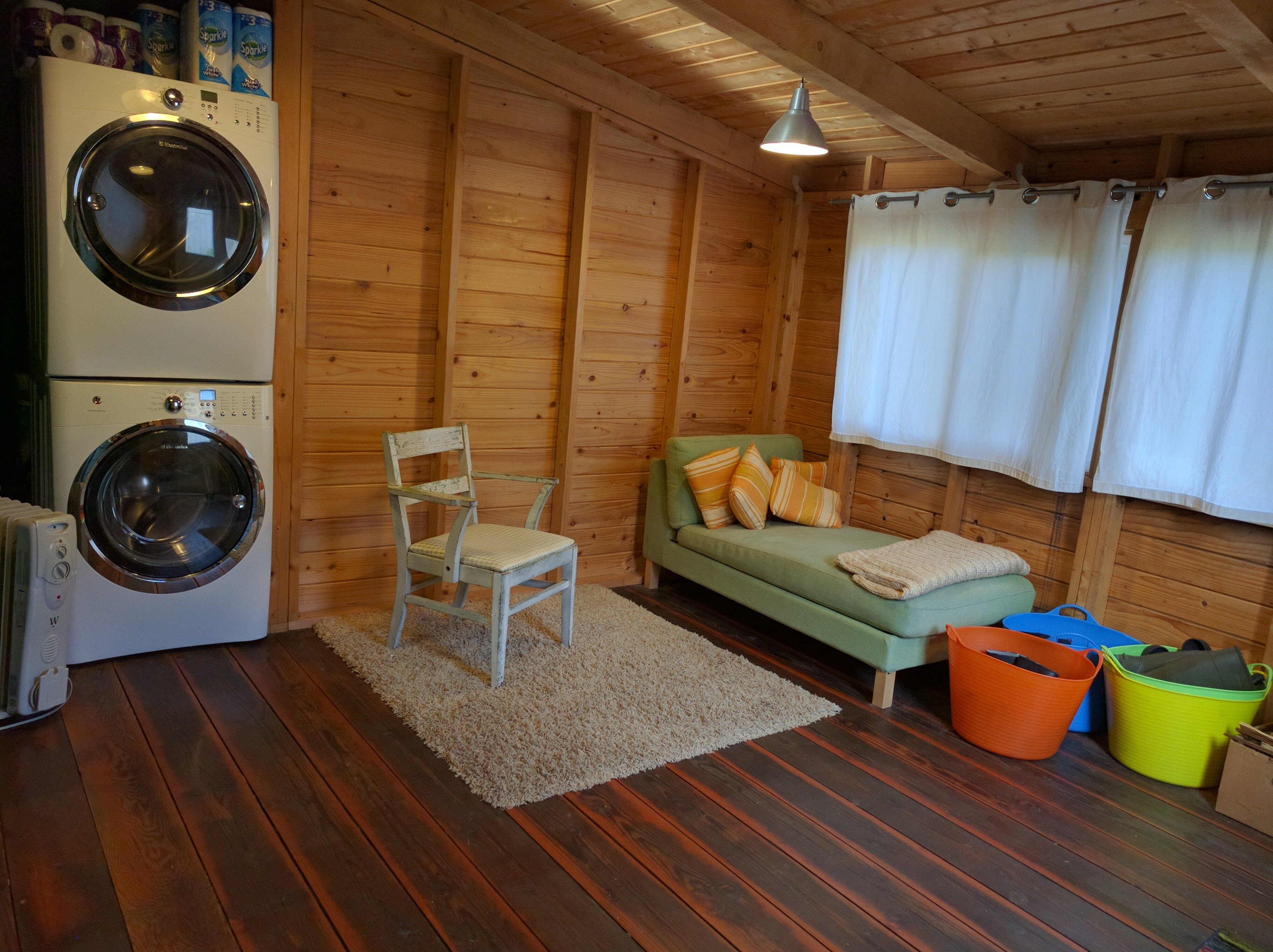 Cozy room with laundry facilities